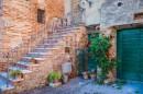 מדרגות בעיירה ציורית