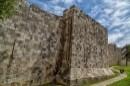 לאורך החומות
