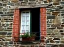 חלון על קיר אבן