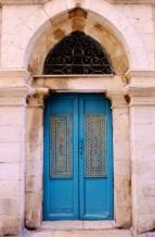 תמונה של דלת טורקיז בעין כרם | תמונות