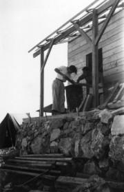 נווה אילן 1947 בונים צריף