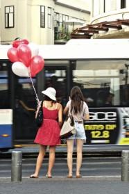 בנות עם בלונים אדומים