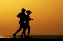 תמונה של זוג מתאמן לקראת ערב | תמונות