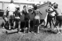 תמונה של תל אביב 1939 נערים וסירה | תמונות