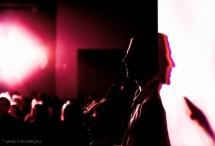 תמונה של סקסופוניסט נשען לקיר | תמונות