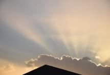 תמונה של שקיעה מעל הגג   תמונות