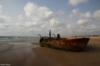חוף עם ספינה