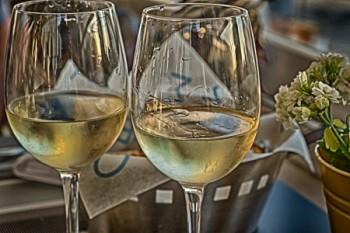 שתי כוסות יין לבן