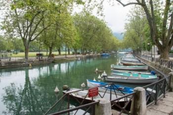 סירות עוגנות בנהר