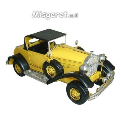 רכב עתיק צהוב קטן