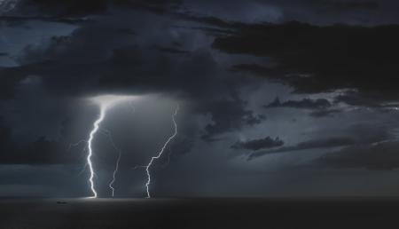 ברקים בים