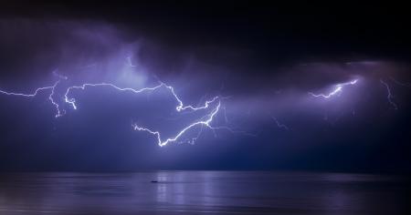 ברקים בלילה מעל לים