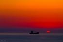 ספינה בלב ים בשקיעה