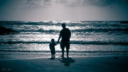 אבא וילד בשקיעה