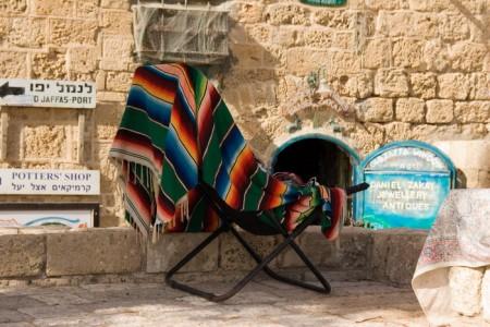 כסא צבעוני בנמל יפו