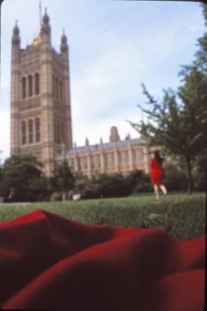 אישה באדום