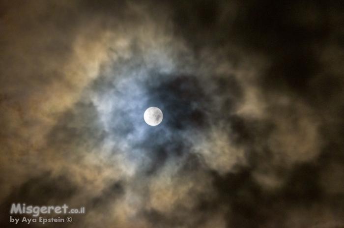 ירח מלא בעננים