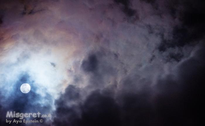 ירח בעננים