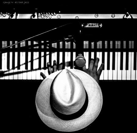 פסנתרן עם כובע
