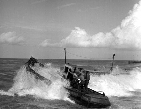 תל אביב 1937 - סירה בגלים