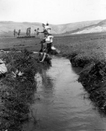 שער הגולן 1944 - תעלת מים