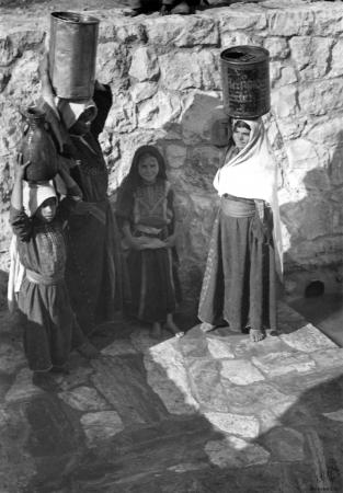 עלאר 1947 - נשים במעיין