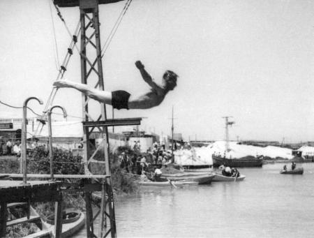 תל אביב 1939 - הקופץ למים