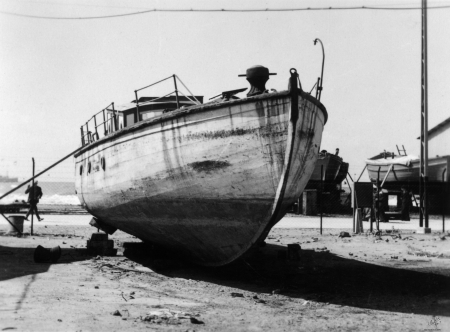 תל אביב 1939 סירה על החוף
