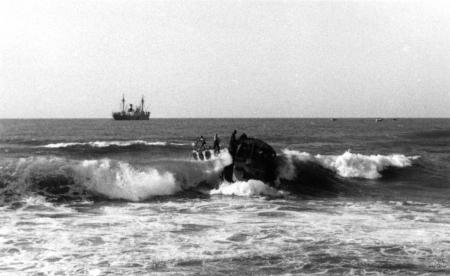 תל אביב 1937 סירה בגלים