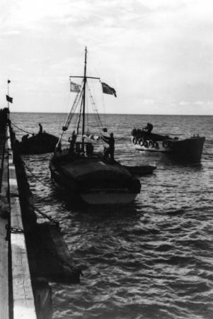 תל אביב 1937 סירות ודגל