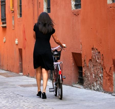 אישה עם אופניים