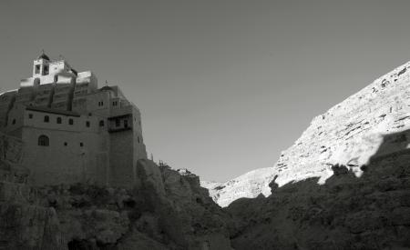 צל המנזר