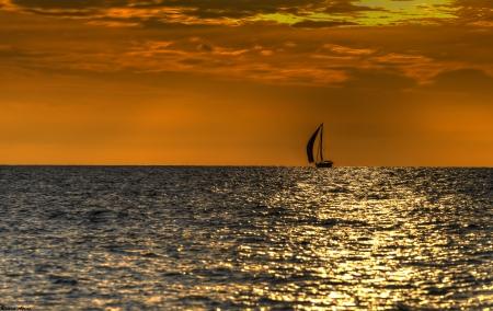 סירת מפרש בשקיעה