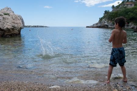 אבן קופצת במים