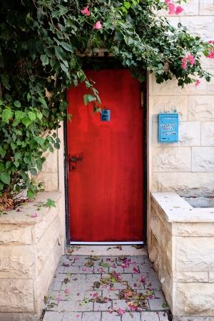 דלת אדומה בכרם התימנים