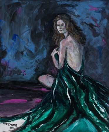 אישה בשמלה ירוקה
