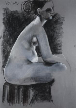 אישה יושבת על שרפרף
