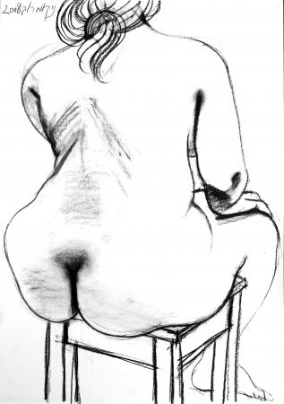 אישה יןשבת על שרפרף