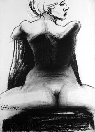 אישה יושבת מאחןר