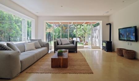 עיצוב של חלונות הסלון לכיוון הגינה | עיצוב פנים