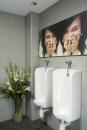 עיצוב של חדר שרותים עם הומור | עיצוב פנים