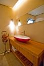עיצוב של ארון הכיור בשירותי אורחים | עיצוב פנים