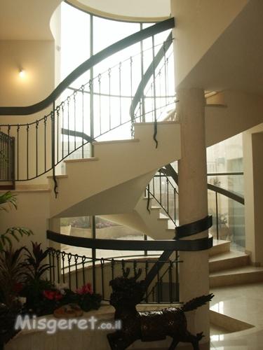 גרם מדרגות בבית פרטי בדני