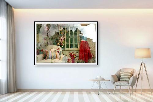 תמונה לבית - אורלי שטטינר - חצאית אדומה ופרחים בחלון - מק''ט: 145812