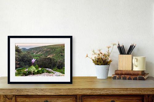תמונה לשולחן - מיכאל שמידט - רקפת עם נוף לים - מק''ט: 252516