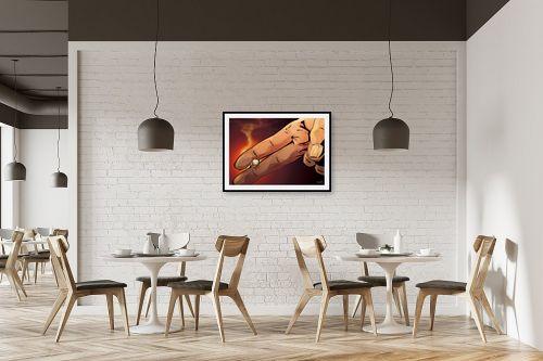 תמונה למסעדה - חנן אביסף - אצבעות מחזיקות סיגריה - מק''ט: 304275