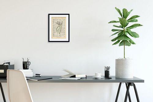 תמונה לפינת עבודה - Artpicked - צמח סגול לבן רטרו על טקסט - מק''ט: 330221