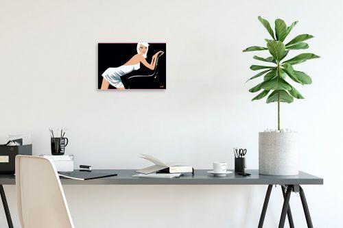 תמונה לפינת עבודה - חנן אביסף - דוגמנית נשענת על כיסא - מק''ט: 52114
