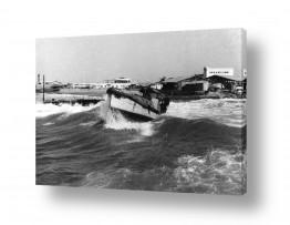 תמונות לפי נושאים ים סוער | תל אביב 1938 סירה בגלים