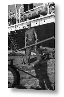 כלי שייט אוניה | תל אביב 1939 מלח על סירה